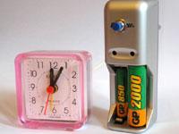 часы и измеритель в корпусе от зарядника