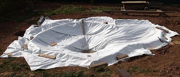 Весь пруд покрыт белым геотекстилем 300г/кв.м.