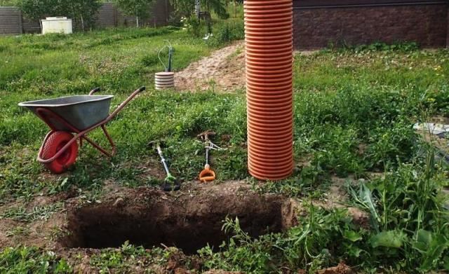 Оранжевый дренажный колодец диаметром 315мм и яма для колодца. Это будет фильтр.